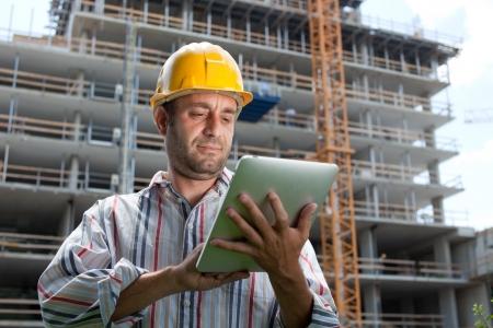 arquitecto: Especialista en construcci�n con un tablet PC. En un sitio de construcci�n.