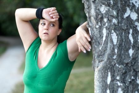 mujer gorda: Mujer obesa agotada después de una larga en el bosque