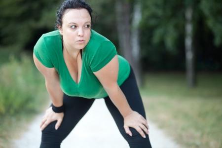 agotado: Mujer con sobrepeso agotado despu�s de un largo plazo. Enfoque selectivo.