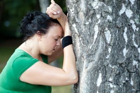 sobre peso: Mujer obesa sudorosa atrapando su aliento después de un largo plazo. DOF superficial. Foto de archivo
