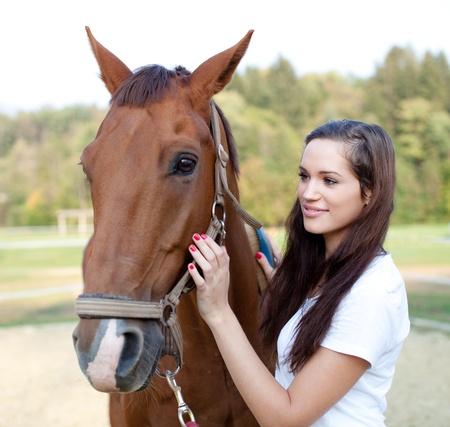 femme a cheval: Belle jeune femme est un cheval magnifique brossage