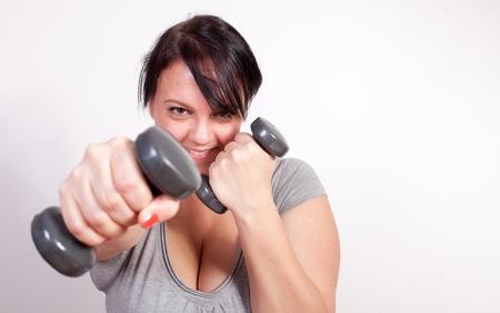sobre peso: Mujer con sobrepeso el ejercicio lúdico, el levantamiento de pesas Foto de archivo