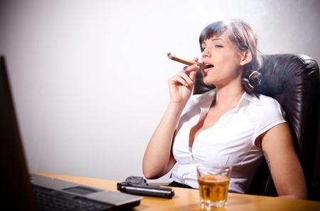 cigarro: Joven empresaria de relax en la oficina