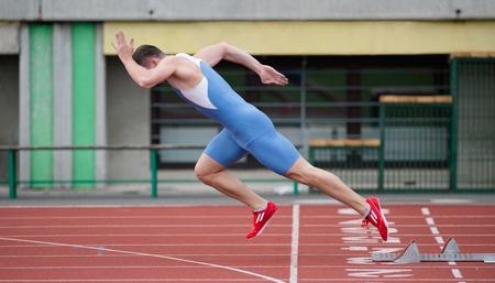 start of race: Comienzo explosivo corredor profesional en la pista de atletismo