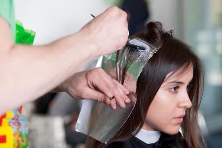 tinte cabello: Peluquería aplicar color al cabello del cliente. Enfoque selectivo. Foto de archivo