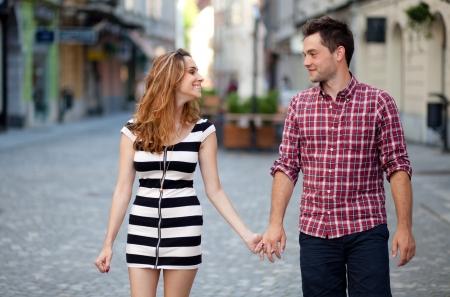 parejas caminando: Joven pareja caminando en la parte antigua de la ciudad