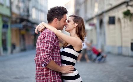 bacio: Giovane coppia in amore, abbracciano sulla strada. Messa a fuoco selettiva. Archivio Fotografico