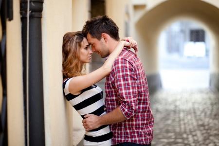 열정: 마을의 오래 된 부분에서 포옹 사랑에 젊은 부부,
