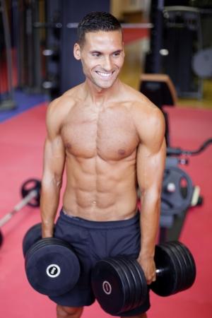 man working out: Hombre guapo de trabajo en el gimnasio Foto de archivo
