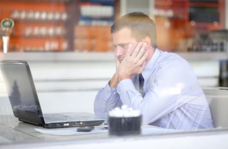 hombres trabajando: Empresario destac� que trabaja en una cafeter�a
