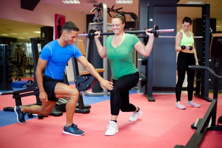 donne obese: Formazione individuale. Inoltre donna dimensioni di lavoro con personal trainer. Messa a fuoco selettiva.