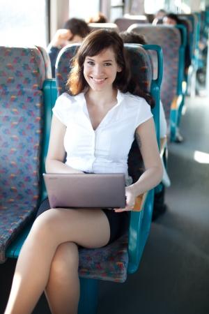 viagem: Mulher de negócios alegre no trem  ônibus. Negócios na série movimento. Imagens