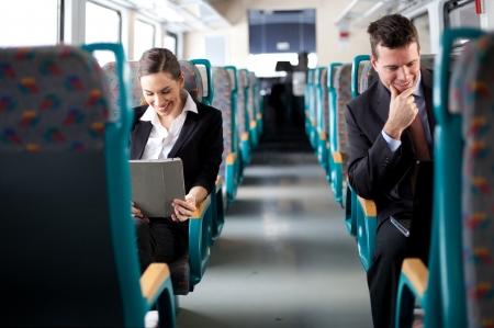 passenger buses: Empresas en las personas de negocios se mueven usando las computadoras en el enfoque selectivo tren