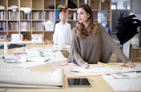 Stylist: Diseñador de moda soñar despierto en el estudio Foto de archivo