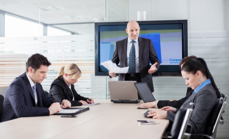 jefe enojado: Jefe de mal humor debido a los malos resultados, diciendo a sus empleados que Foto de archivo