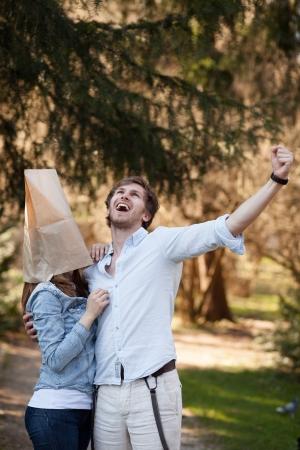 mujer fea: El hombre joven es feliz porque finalmente puede llevar a su novia fea fuera