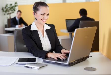 recepcionista: Amistoso empleado survice cliente que trabaja en la oficina
