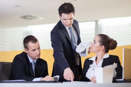 molesto: Supervisor de Annoying dando a sus compañeros de trabajo un momento difícil durante el almuerzo