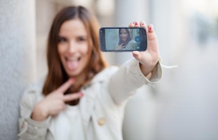 tomando: Bela jovem tomando um auto-retrato