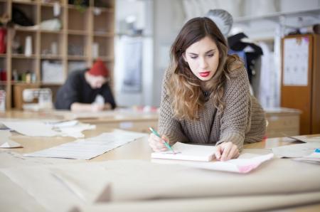 femme dessin: Les cr�ateurs de mode de travail en studio Banque d'images