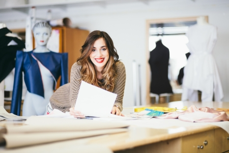 Mode-ontwerper te kijken naar schetsen in de studio