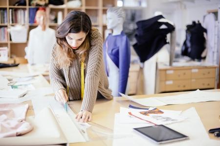 Diseñador de moda que trabaja en estudio Foto de archivo - 22005506