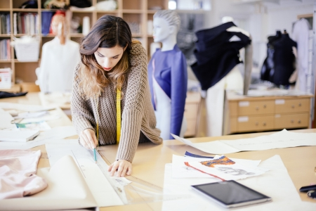 Mode ontwerper werken in studio Stockfoto