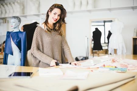 Mode-ontwerper werkt in de studio