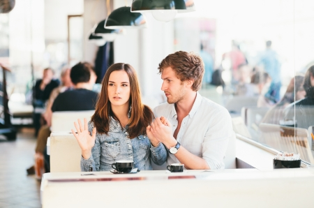 combattimenti: Giovane coppia combattimenti in caffetteria
