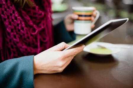 cafe internet: Mujer con tablet PC en la cafeter�a en receso