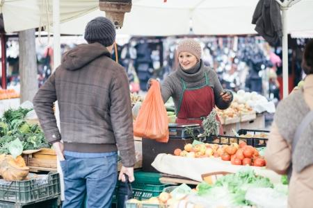 campesinas: Hombre que compra verduras frescas a los agricultores Foto de archivo