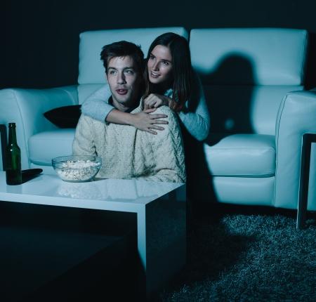 pareja viendo television: Joven pareja de enamorados ve la televisión