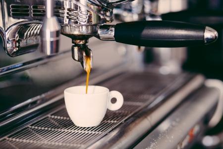 mujer tomando cafe: Máquina de café espresso profesional toma en un café