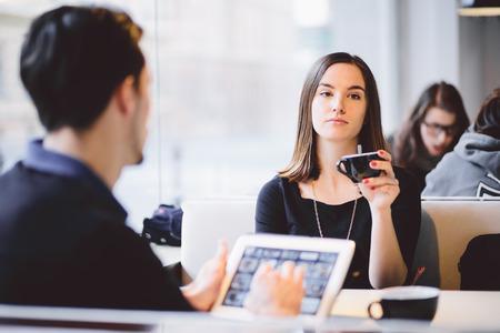pareja discutiendo: Pareja independiente en el café
