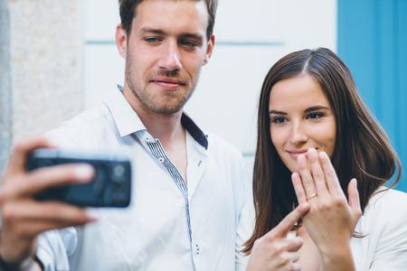 anillo de compromiso: Pareja joven de tomar una selfie después de la propuesta engagment