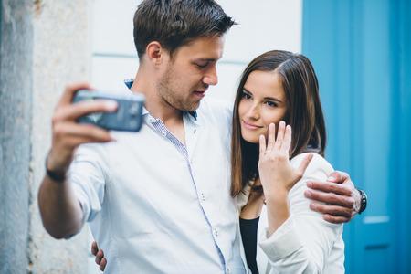 ring engagement: Pareja joven de tomar una selfie despu�s de la propuesta engagment