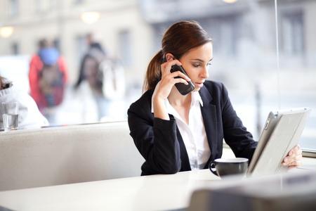 business: 一個商人在咖啡館Selectve重點工作偷拍影像