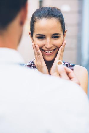 anillo de compromiso: Hombre joven que propone con el anillo de compromiso de la novia la celebraci�n de