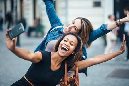 Multi etnische Vrienden plezier in de stad nemen selfie