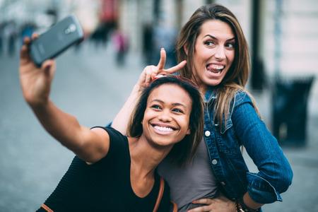 多民族の友人 selfie を取る都市でアイスクリームを食べる 写真素材