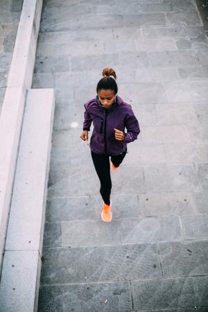 도시에서 실행하는 젊은 여자 위에서 쐈 어.