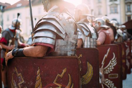 cascos romanos: Soldados romanos legionarios de pie a gusto durante reeinactment Foto de archivo