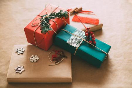 Moderne eindejaarsperiode geschenken box presenteert op bruin papier