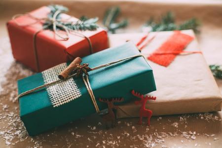 vacaciones: Caja con clase Christamas regalos presentes en el papel marrón Foto de archivo