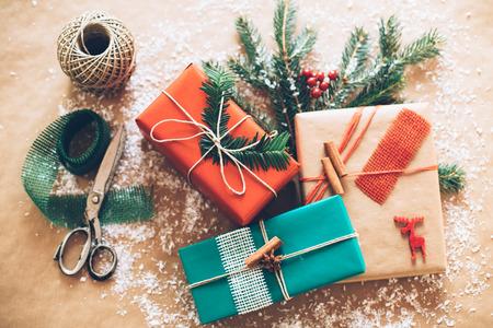gift in celebration of a birth: Caja con clase Christamas regalos presentes en el papel marrón Foto de archivo