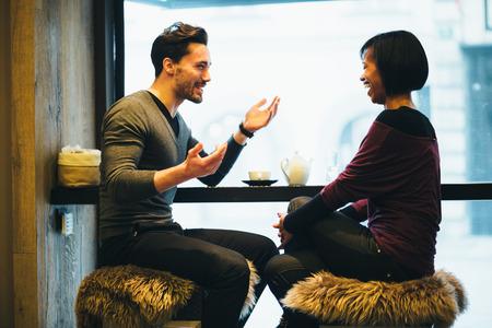 dattes: Couple interracial parler dans un caf�