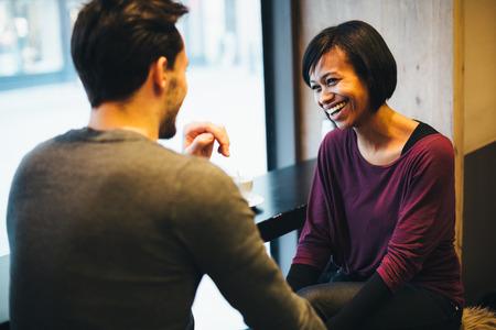 Interracial paar in liefde met plezier in coffeeshop