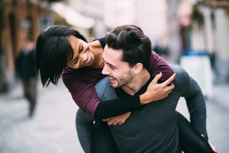 Interracial paar in liefde met plezier in de stad Stockfoto