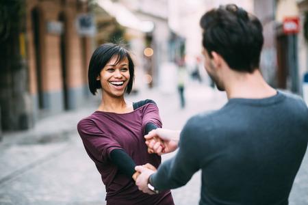 dattes: Couple interracial en amour en se amusant dans la ville Banque d'images
