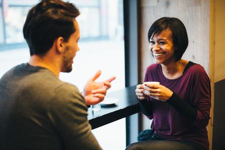 コーヒー ショップで楽しく愛の異人種間のカップル